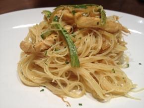 Spaghetti di riso curry verdure